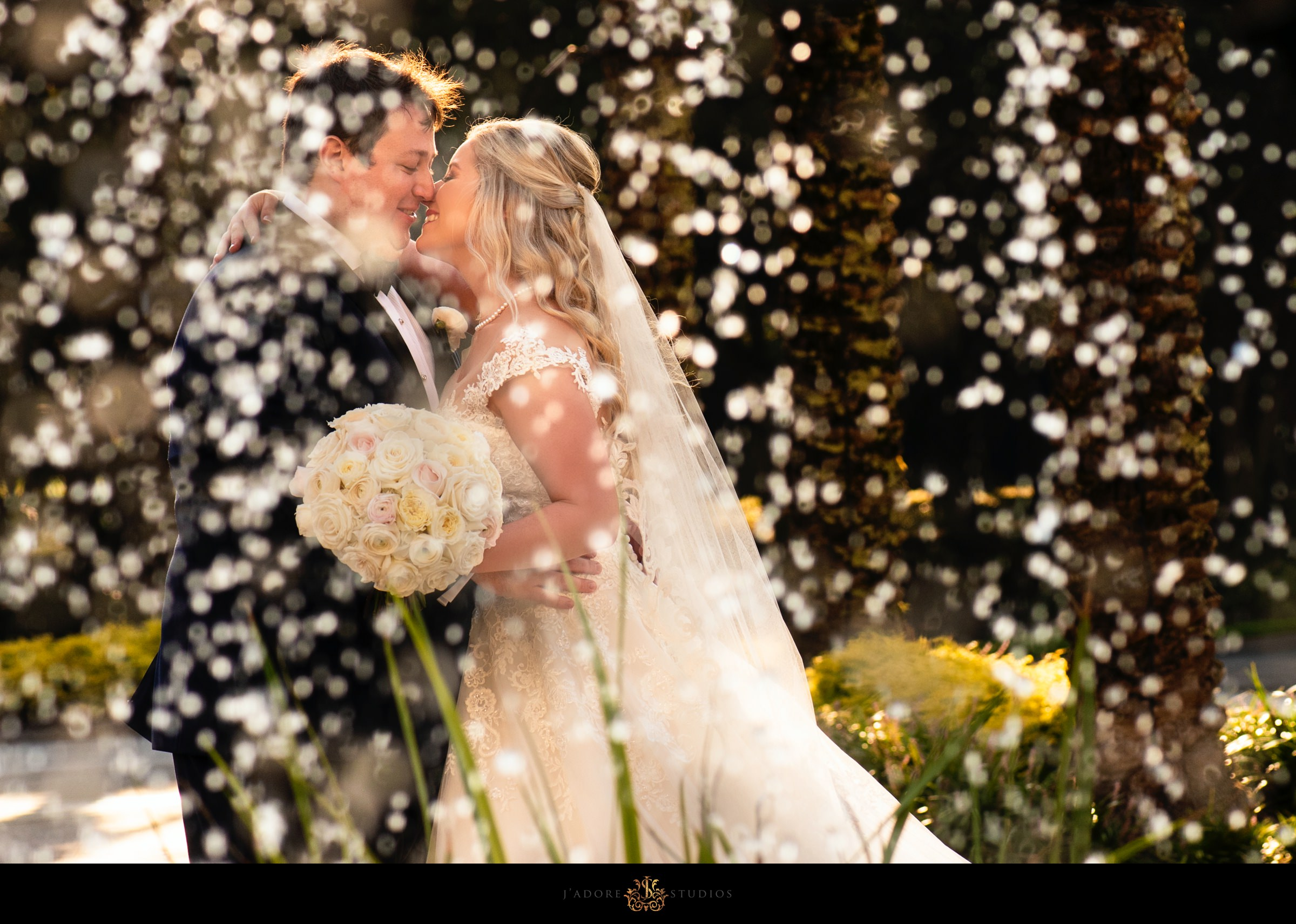 Couple kissing in front of the fountain at the Ritz Carlton in Amelia Island
